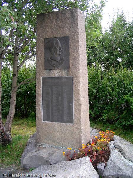 Norsk minnebauta (General Fleicher-statuen) etter kamphandlinger ved Ornes i Narvik våren 1940 ved alliert landgang. Sted: Veteranplassen nord for Narvik.