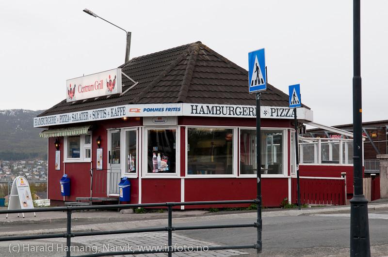 """Kiosk Narvik torg. Den har stått der i """"alle"""" år, under ulike navn og fasonger. I min barndom het den """"Maude-kiosken"""". Foto: mai 2011."""