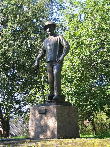 """Rallaren"", monumentet som hedrer de som bygget Ofotbanen. En sentral figur under den årlige Vinterfestuka."