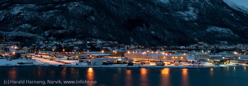 Fagernes havneterminal 27. desember 2011. Gods pr tog og bil.