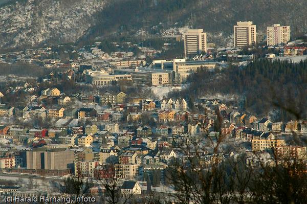 Deler av bydelen Oscarsborg. I forgrunnen det gamle post og politi-bygget. Midt på bildet Høgskolen i Narvik. Bak tre bolighøyblokker.