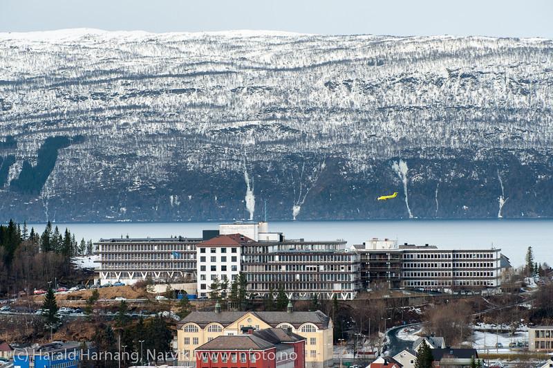 Ambulansefly på tur ned på Narvik lufthavn, 7. mars 2014.