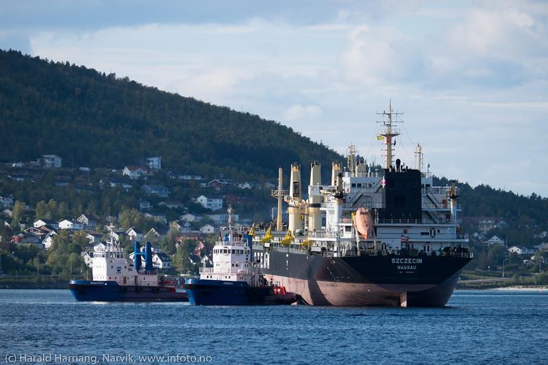 """Bahamasregistrerte """"Szczecin"""" taues til kai 5 på LKABs anlegg i Narvik 13. september 2015. Gross Tonnage:  24145<br /> Deadweight:  37930 t<br /> Length × Breadth:  190m × 29m"""