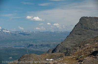 Vindmøller på Nygårdsfjell. Til høyre Tøttatoppen. Foto fra Fagernestoppen.