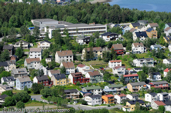 Parken U-skole i bakgrunnen. Foran deler av Taraldsvik.