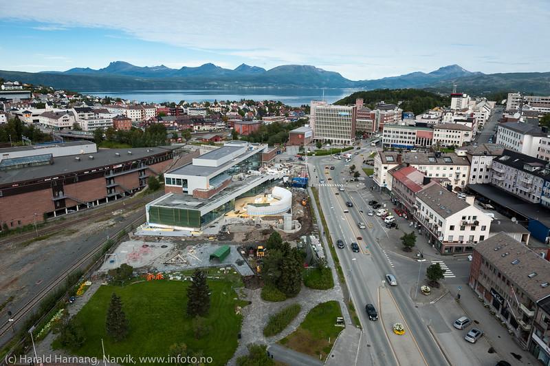 """Narvik sentrum med """"det fjerde hjørnet"""" under bygging i forkant. 2. sept 2015"""