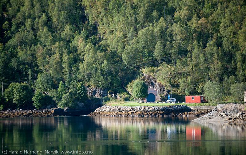 Kraftstasjon til Nordkraft inni fjellet. Vann kommer i rør fra Håkvik, og ender ut i fjorden her.