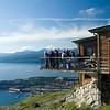 Restaurantgjester på Øvre fjellheisstasjon på gondolbanen fra Oskarsborg til 650 m.o.h. Narvik med havneanlegg i bakgrunnen.