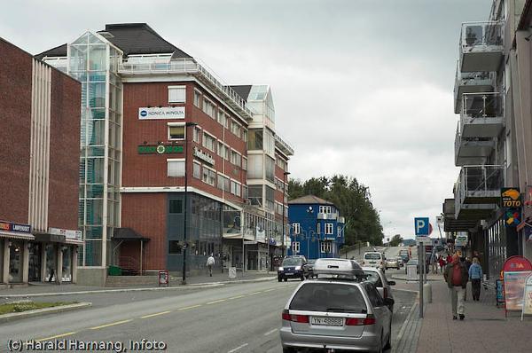 Kongens gate, E6, med sentrumsgården til venstre (rød mutbygning), og OT-gården i blått bak.