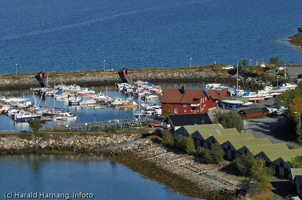 Småbåthavna i Vassvik, indre del. Narvik Båtforenings lokale midt på. Her er kafe hver søndag i vinterhalvåret.