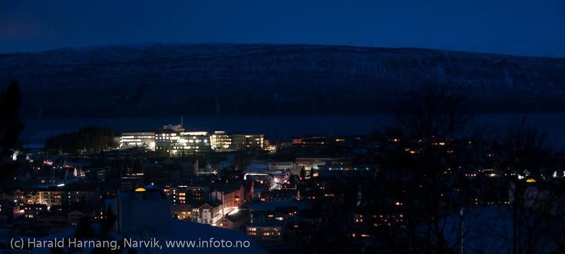 21. feb 2014 gikk strømmen over store deler av Nord-Norge. Feil i trafostasjon i Skjomen. Narvik var uten strøm i halvannen time. Kun lysene fra bilene lyste opp gatene. Generator-kraft på sykehuset.