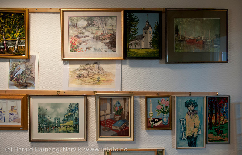 Litt av utstillingen av bilder på Røde Kors bruktbutikk i Narvik sentrum.