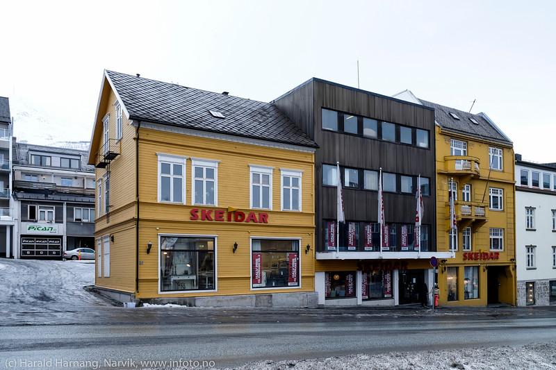 Skeidar i Kongens gate i Narvik. Rent bygningsmessig en snodig fremtoning med tre høyst ulike bygninger. 1. marsi 2015