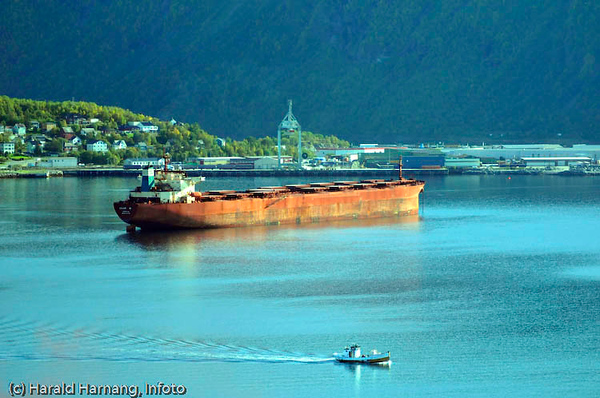 Malmbåt på Narvik havn. I bakgrunnen dypvannskaia på Fagernes