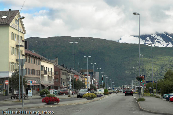 """Kongens gate/E6 sett fra torget i Narvik. Skult i skyer er fjellformasjonen """"Den sovende dronning""""."""