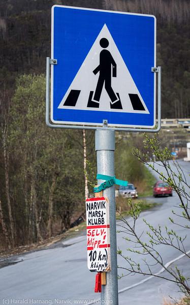 Narvik Marsjklubb har arrangement. Passende plassering av kontrollpost. Veiskiltet kunne vært ny logo.