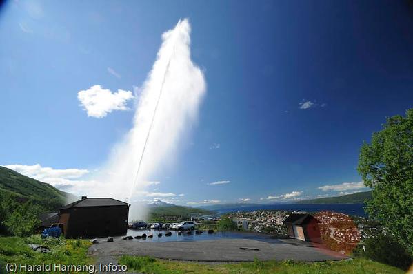"""Minikraftverk og vannbehandlingsanlegg ved Taraldsvikfoss. I turistsesongen demonstreres to ganger pr. døgn vanntrykk ved en """"geysir"""". Kraftrverk til venstre og Narvik i bakgrunnen."""