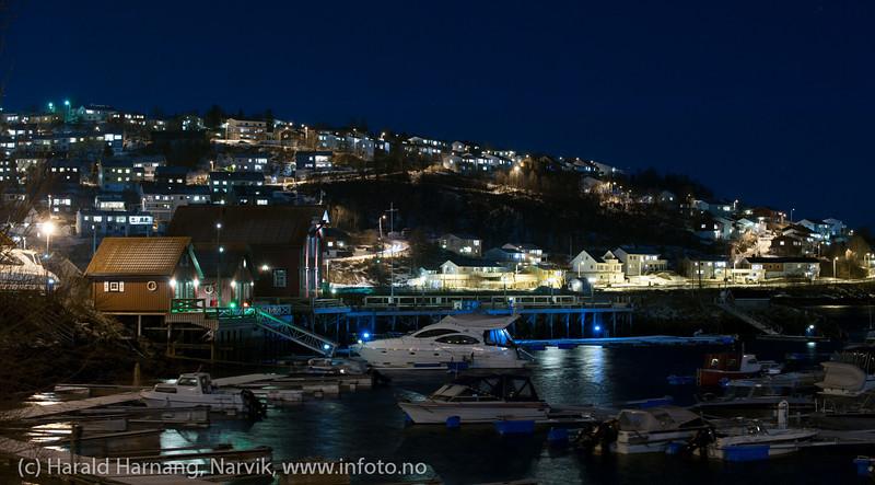 Foto fra moloen og mot Vassvik. Fotografering sen kveld med fullmåne som hovedlyskilde, 16. januar 2014.