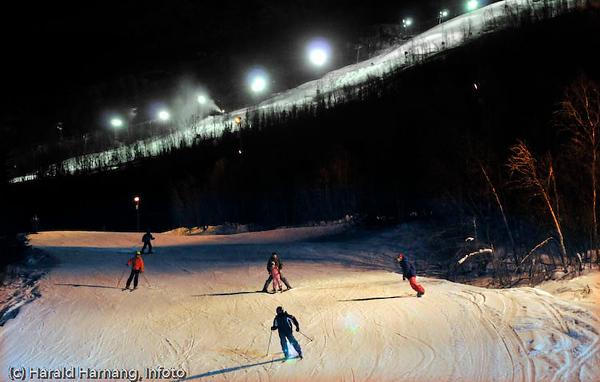 Slalomkjøring i flombelysning.
