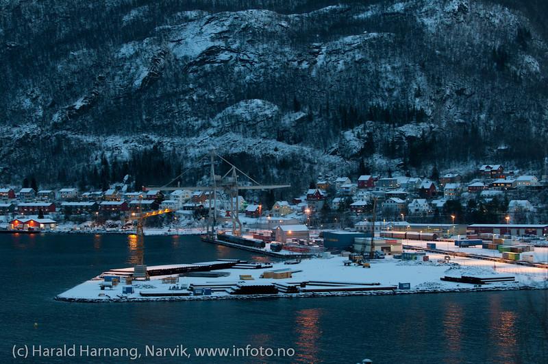 Fagernes havneterminal 27. desember 2011. Området til venstre klargjøres for mulig utbygging av malmutlastingsanlegg.