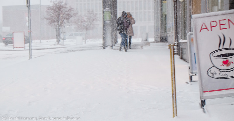 """En liten kafé-tur passer bra i slikt vær. Forsmak på uvær i Narvik sentrum, ekstremværet """"Ole"""" var ventet å slå til i Narvik kl 16-18. Det kom heldigvis aldri i full tyngde. Bildet tatt på formiddagen i sentrum, ca kl 12-13."""