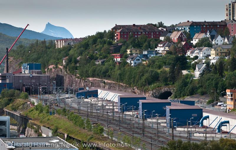 LKABs lukkede siloer. Fjell i bakgrunn er Kuglhornet i Ballangen kommune.  August 2012.