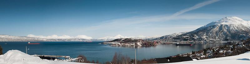 I slutten av mars 2011 fikk LKAB feil på sin utlaster ved kai 5. Det ble etterhvert nokså fullt av båter på havna og fjorden. Panorama sammensatt av fem bilder. Åtte malmbåter er med på bildet. Original tiff-foto egner seg for kraftig forstørrelse.