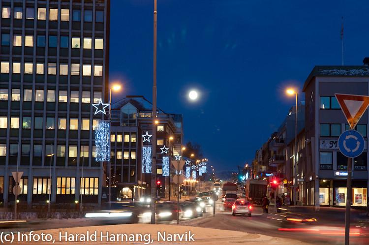 20 desember 2010, Narik sentrum, fint måneskinn fra nesten fullmåne (midt på bildet), iskaldt. Narviks nye julebelysning funkler i lysmastene :-)