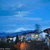 Måne over Bjerkvik. Deler av bydelen Oskarsborg i forgrunnen.