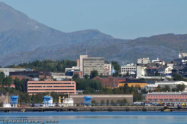 Narvik rådhus midt på bildet. Rød bygning til venstre det tidligere adm-bygget til LKAB. I forgrunnen gamle kai 3-4 som nå er bygget om til å ta mot olivinskip.