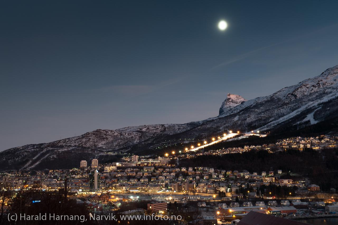Deler av Narvik  sentrum med Tøttatoppen bak. 23. desember 2012.