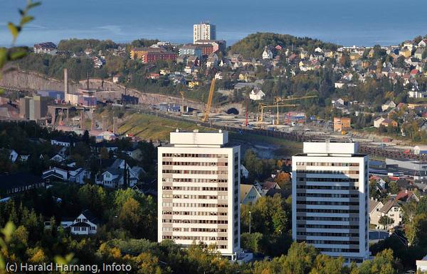Høyblokkene Tøtta I og II (tegnet av arkitekt Jan Hovig) i forgrunnen. Bak LKABs område med SILA-utbygging.
