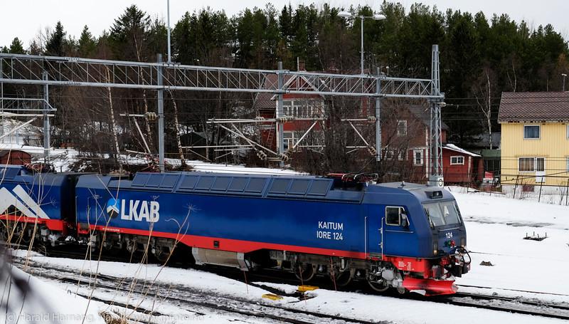 LKAB-tog med tomme malmvogner på vei mot Kiruna. Foto nær Narvik Jernbanestasjon. 1. marsi 2015
