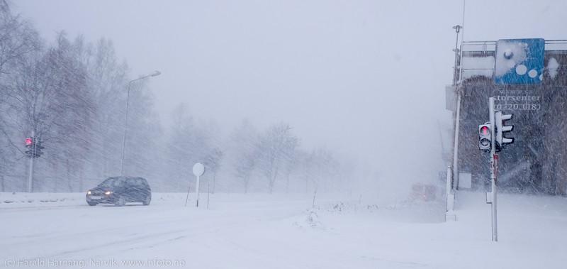 """Narvik storsenter skimtes til høyre. Forsmak på uvær i Narvik sentrum, ekstremværet """"Ole"""" var ventet å slå til i Narvik kl 16-18. Det kom heldigvis aldri i full tyngde. Bildet tatt på formiddagen i sentrum, ca kl 12-13."""