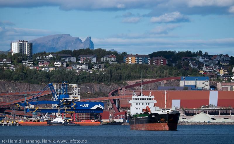 Cargoskipet Aasli, på Narvik havn 13. sept 2015. Flag:  Gibraltar. Gross Tonnage:  3968 Deadweight:  6630 t Length × Breadth:  100m × 16m. Year Built:  1994