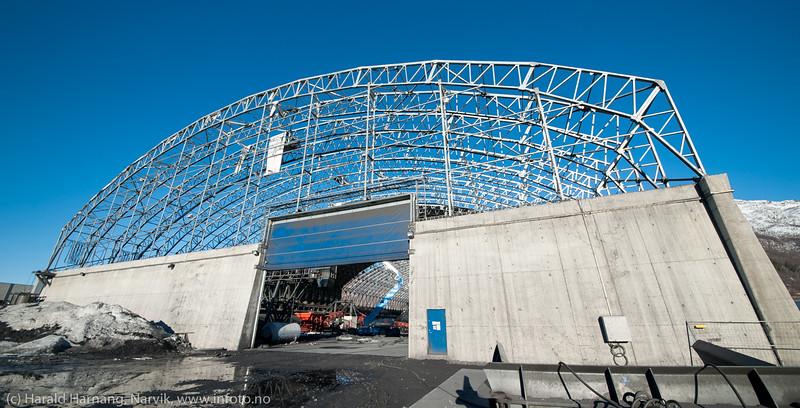 Northland ressourses lagerbygning ble kraftig rasert av uværene Ole og Nina i januar/februar 2015. Her jobbes det med å fjerne restene av taktekkingen. 16. mars 2015.