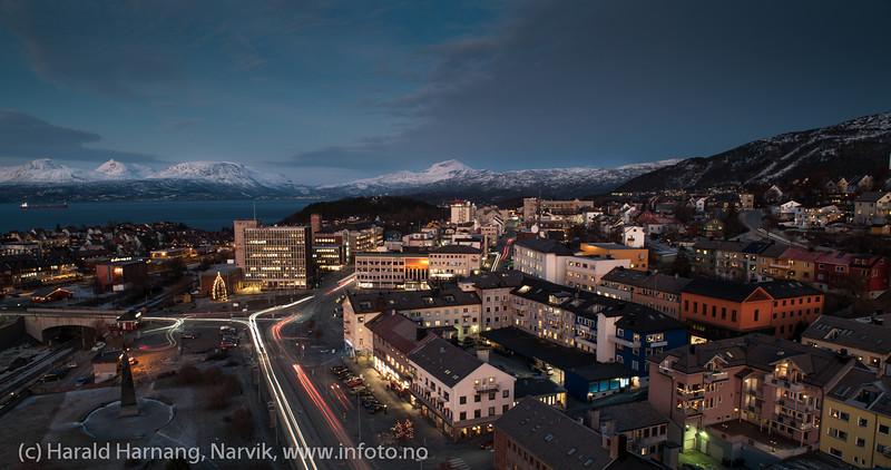 Narvik torg med rådhuset. E6 gjennom byen. Narvik sentrum, mørketidsbilde, 19. desember 2012.