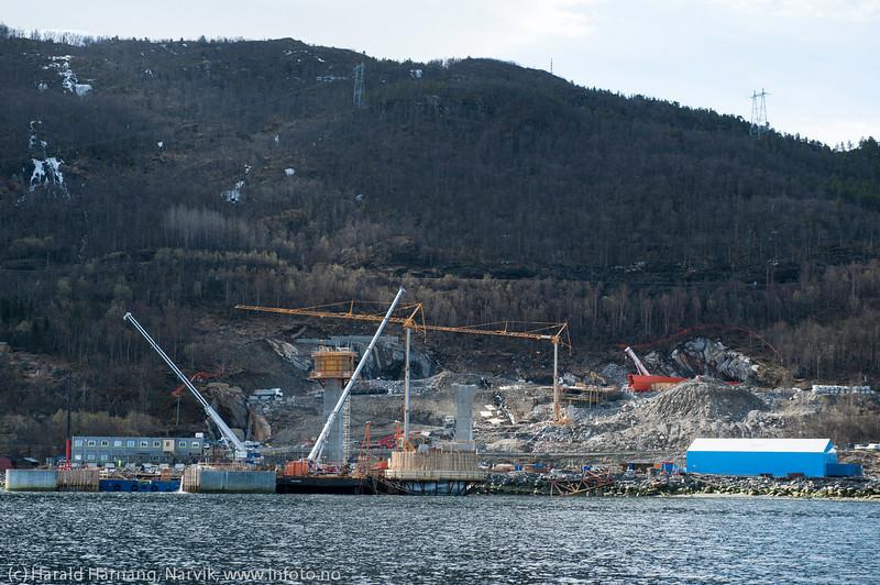 Hålogalandsbrua, søndre brufeste, Ornes. Foto fra sjøsiden, 19. mai 2014.