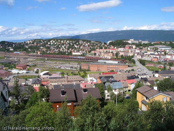 Narvik sentrum. I midten LKABs losseanlegg for malmvogner.