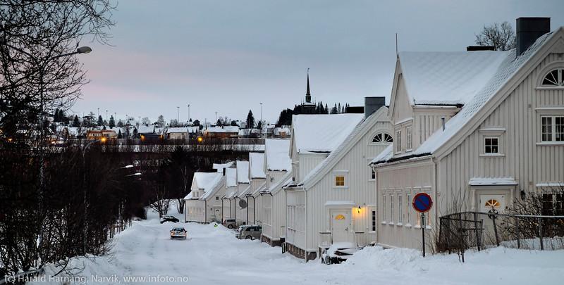 Eldre LKAB-funksjonærbolige i Havnegata. 3. juledag 2014. Snevær på natta. Mørketid og en julestille by.