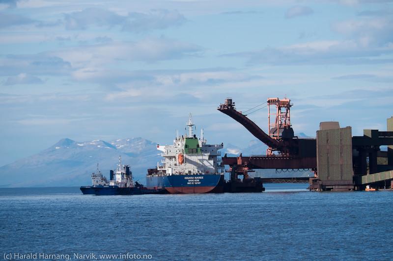 """""""Issara Naree"""", Thailandsregistrert bulk carrier, 200 m lang x 32 m bred, forlater Narvik og kai 5. Slepes ut fra kai 13. sept 2015 med kurs for Bremen."""