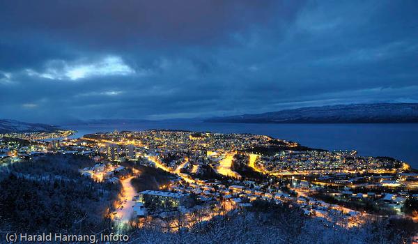 Mørketidsbilde, utsikt fra Taraldsvikfoss kraftverk over Narvik halvøya