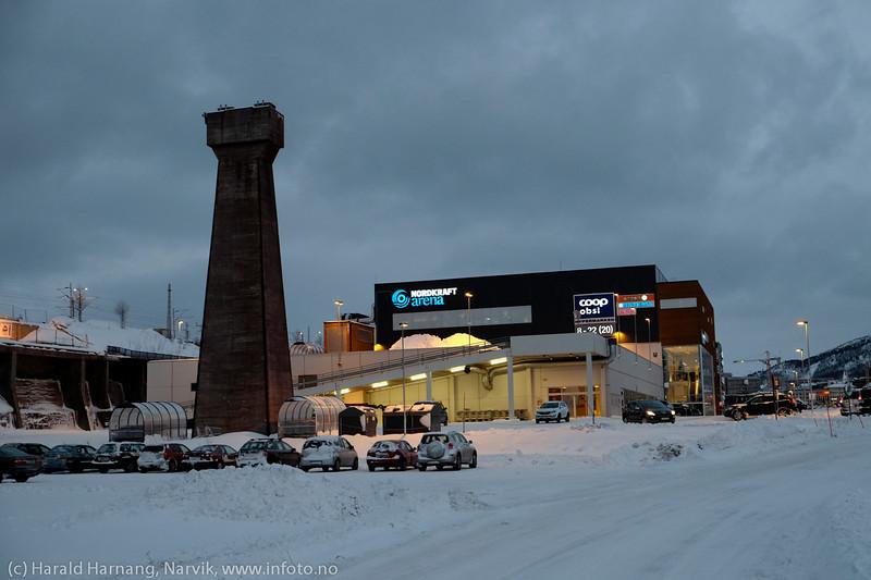 Handelspark og i forgunnen en av gjenstående fundamenter for den gamle høybanen for lasting av jernmalm. 3. juledag 2014. Snevær på natta. Mørketid og en julestille by.