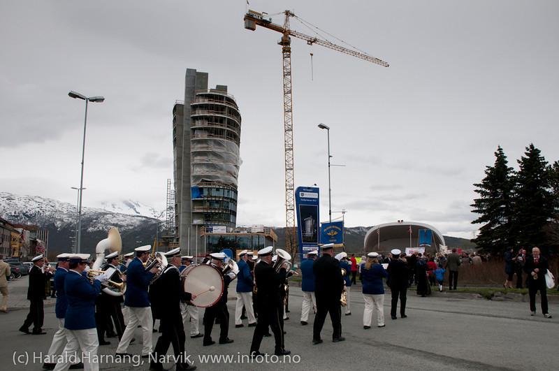 17. mai 2011: Borgertoget. Toget svinger inn på Festplassen.