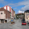 "Brugata sett fra bru. I bakgrunnen Frydenlund Vgs (gymnaset). Til venstre med rundt vindu baptistkirken. Til høyre i ""Domus-bygget"" Coop."