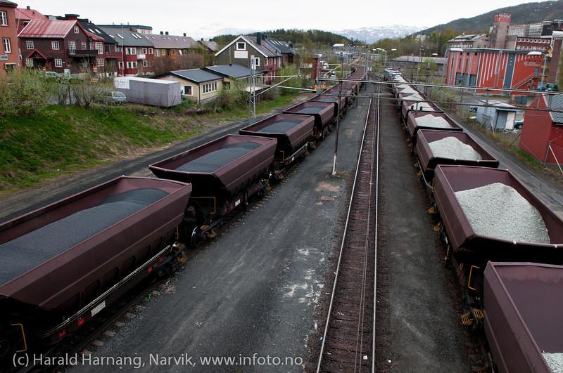 Pellets på tur fra Kiruna, og olivin på tur til Kiruna. Like bak Spor 1. Narvik brannstasjon til høyre. Foto i mai 2011.