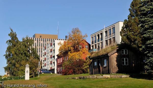 Park rett ovenfor Sjømannskirka. Til høyre Narviks første posthus. I bakgrunnen det tidligere post og politihuset.