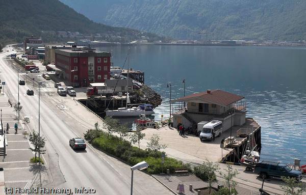 Narvik havn med Fagernesveien (tidligere E6).