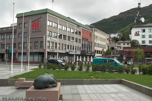 Narvik torg, rett utenfor rådhuset. Folkets hus.