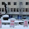 """Narvik torg, """"Dama på torget"""", Kolflaathgården bak, Sigbjørn reklamerer for fisk midt i skrei-sesongen, februar 2010"""